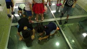 ホールの五ヶ瀬川中下流の模型を見て幼稚園を探します
